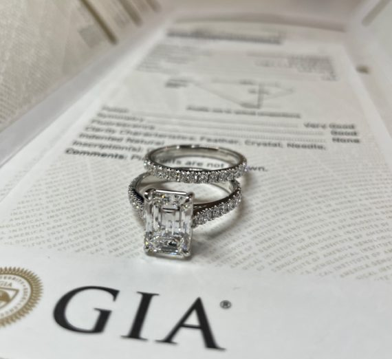 A LADIES DIAMOND RING 1