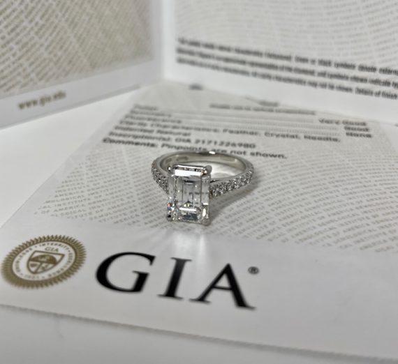 A LADIES DIAMOND RING